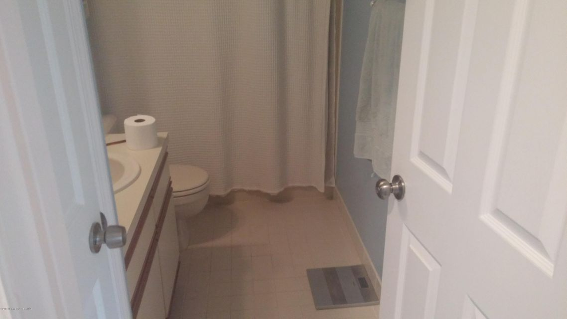 Additional photo for property listing at 2 Basset Court  Tinton Falls, New Jersey 07753 États-Unis