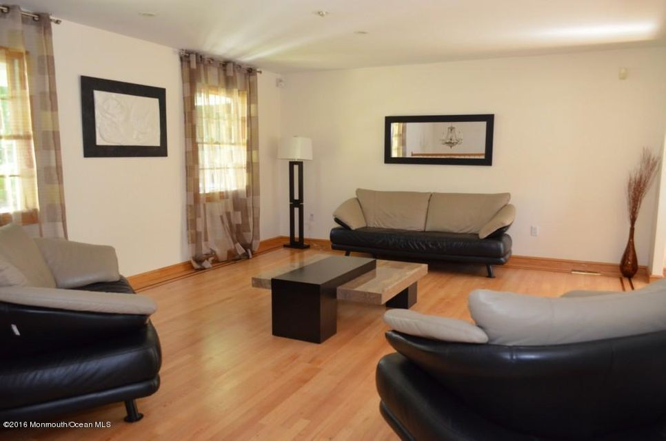 Additional photo for property listing at 2 Bell Court  Marlboro, New Jersey 07746 États-Unis