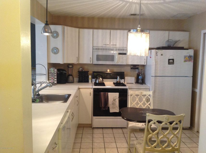 Additional photo for property listing at 35 Madison Court  Tinton Falls, New Jersey 07712 États-Unis