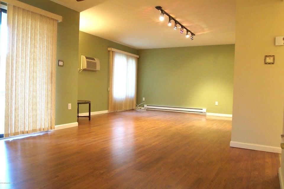 独户住宅 为 销售 在 147 Amberly Drive 纳拉潘市, 新泽西州 07726 美国