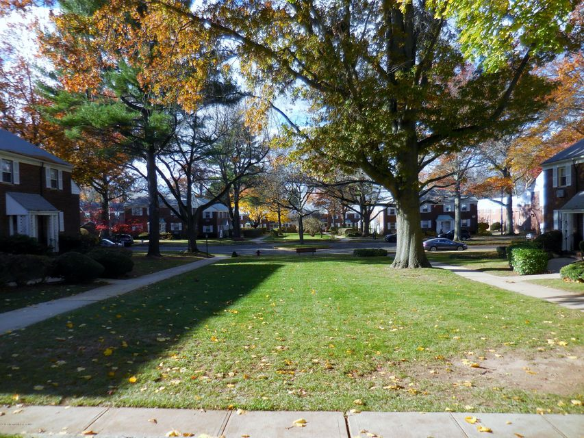 Additional photo for property listing at 64 Manor Drive  Red Bank, New Jersey 07701 États-Unis
