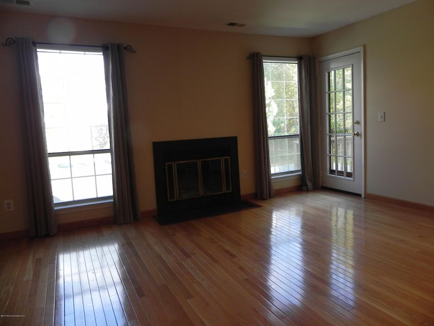 Additional photo for property listing at 384 Hampton Place  Morganville, New Jersey 07751 États-Unis