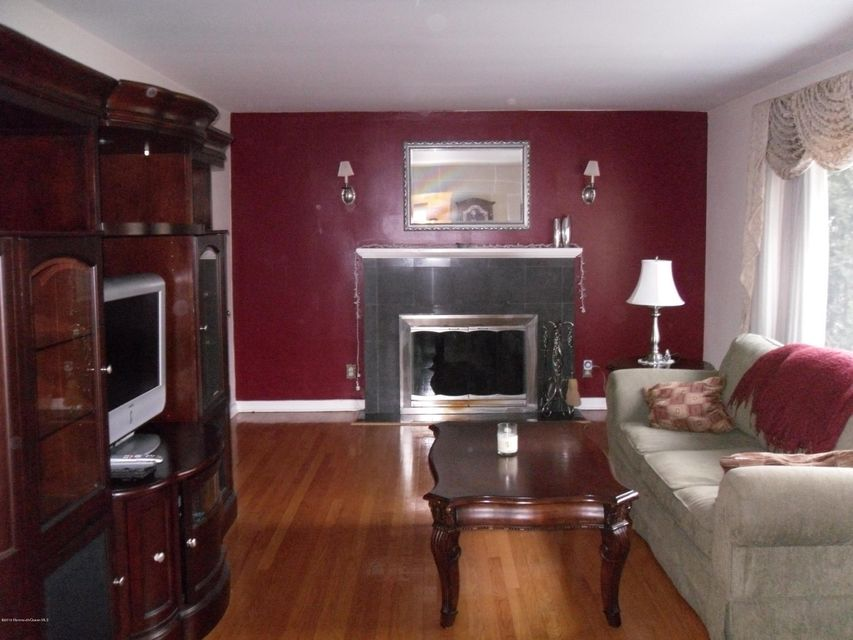 Additional photo for property listing at 11 Louis Circle  Red Bank, Nueva Jersey 07701 Estados Unidos
