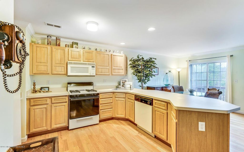 Additional photo for property listing at 250 Frankfort Avenue  Neptune, New Jersey 07753 États-Unis
