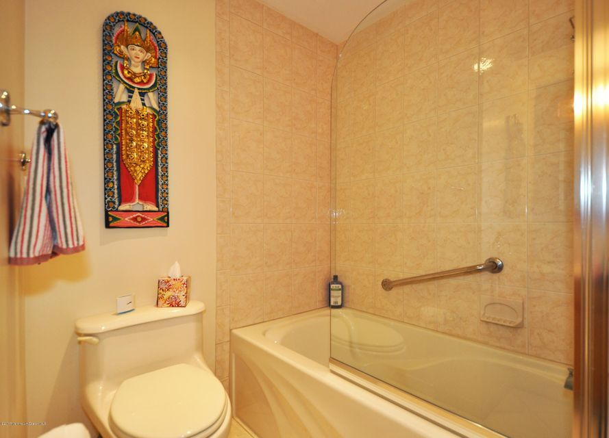 Additional photo for property listing at 4 Harvey Road  摩根维尔, 新泽西州 07751 美国