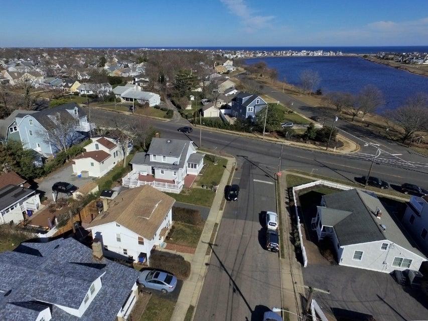独户住宅 为 销售 在 700 22nd Avenue 科摩湖, 新泽西州 07719 美国