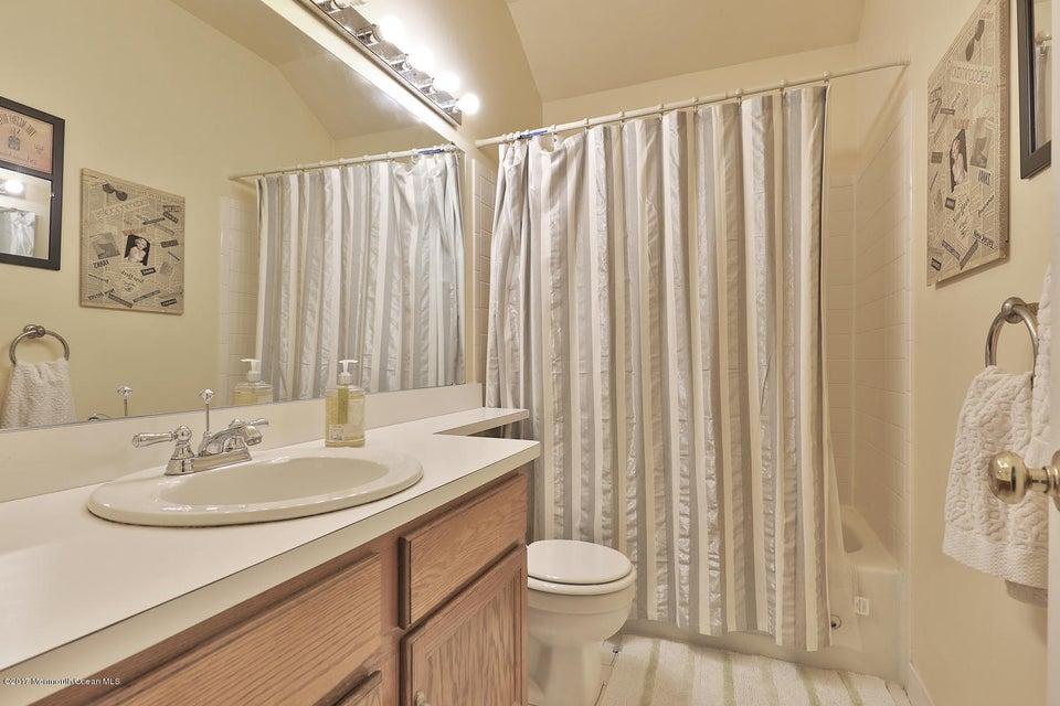 67 Bonnie Dr Middletown NJ-large-016-11-
