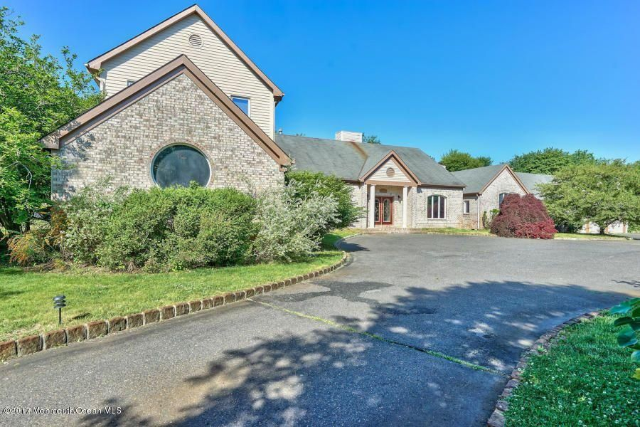 Photo of home for sale at 2 Normandy Court Court, Manalapan NJ