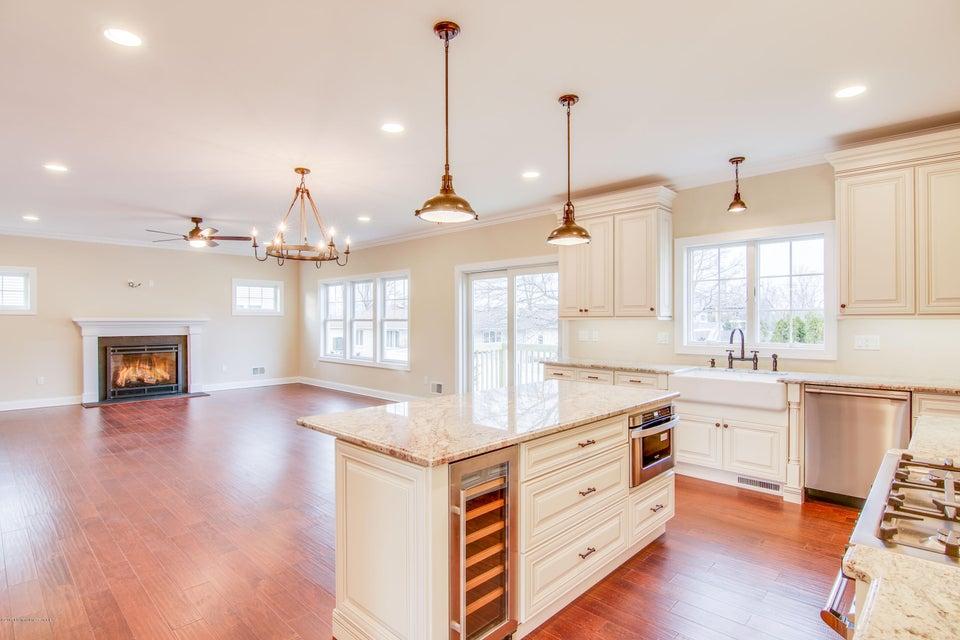 Maison unifamiliale pour l Vente à 66 Algonquin Avenue 66 Algonquin Avenue Oceanport, New Jersey 07757 États-Unis