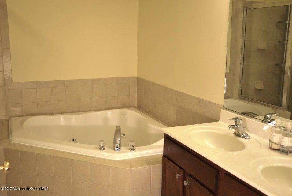Master Bathroom Jacuzzi tub(15)