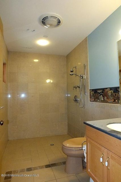 60-Full Bath-West Wing 9'6x5'9