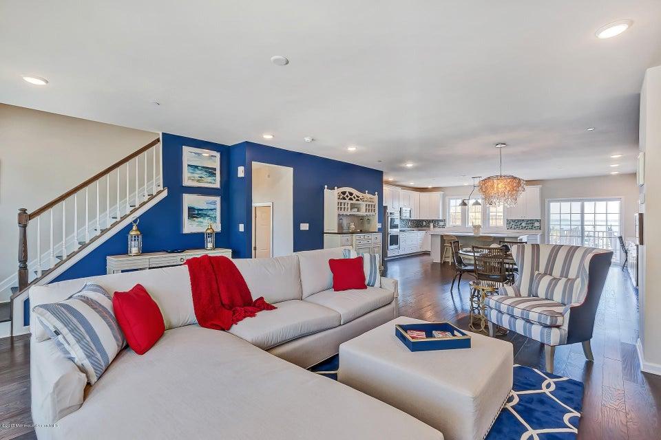 Villa per Vendita alle ore 1 Halfmoon Court Highlands, New Jersey 07732 Stati Uniti