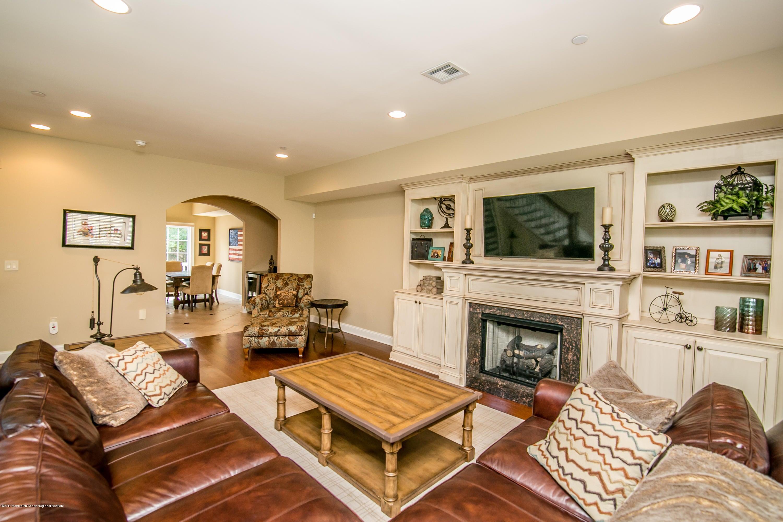 Casa para uma família para Venda às 32 White Oak Lane 32 White Oak Lane Aberdeen, Nova Jersey 07747 Estados Unidos