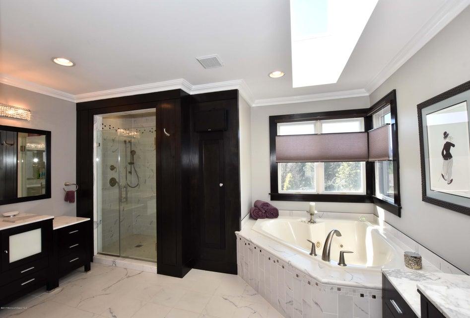 Master Bathroom (7)