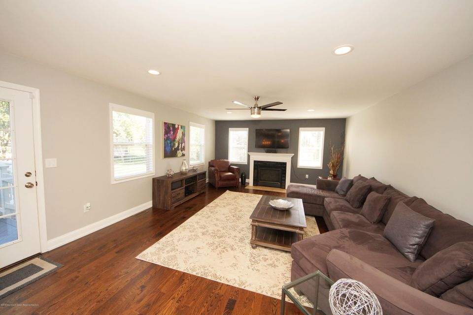 19-Family Room-27 Galloping Brook Dr