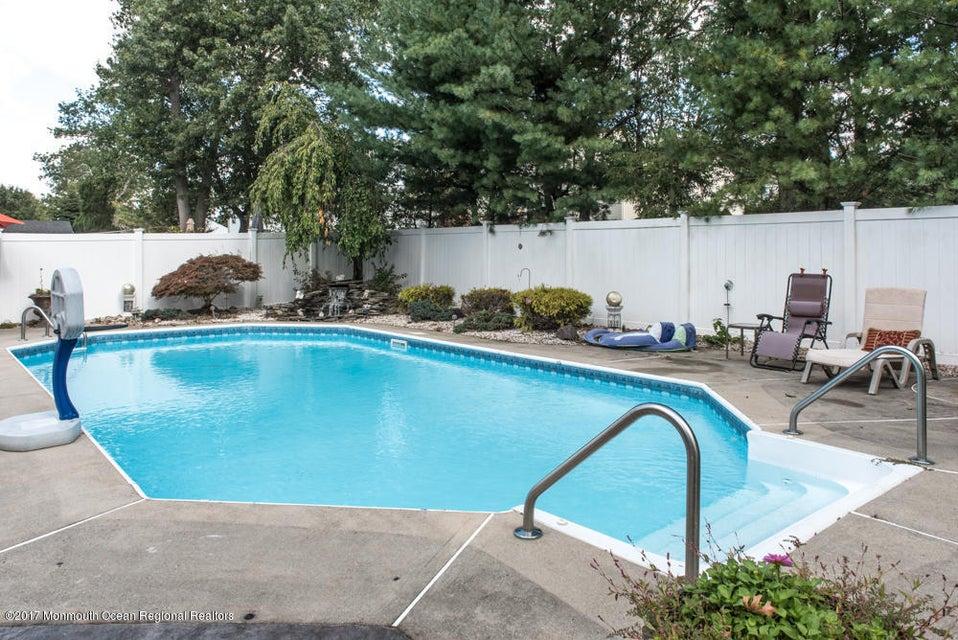 Maison unifamiliale pour l Vente à 91 Pinewood Road 91 Pinewood Road Howell, New Jersey 07731 États-Unis