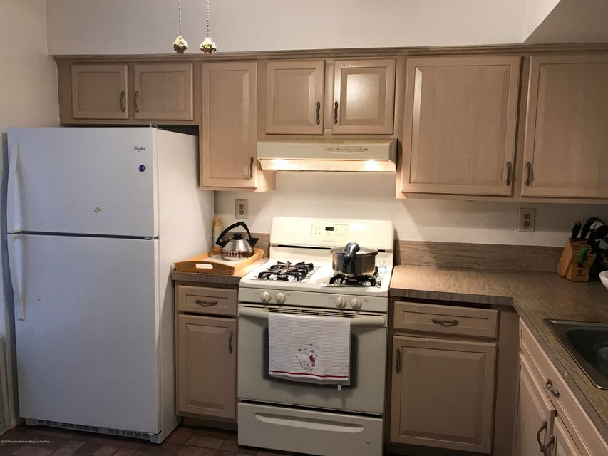 Additional photo for property listing at 275 Stratford Place 275 Stratford Place Morganville, Nova Jersey 07751 Estados Unidos