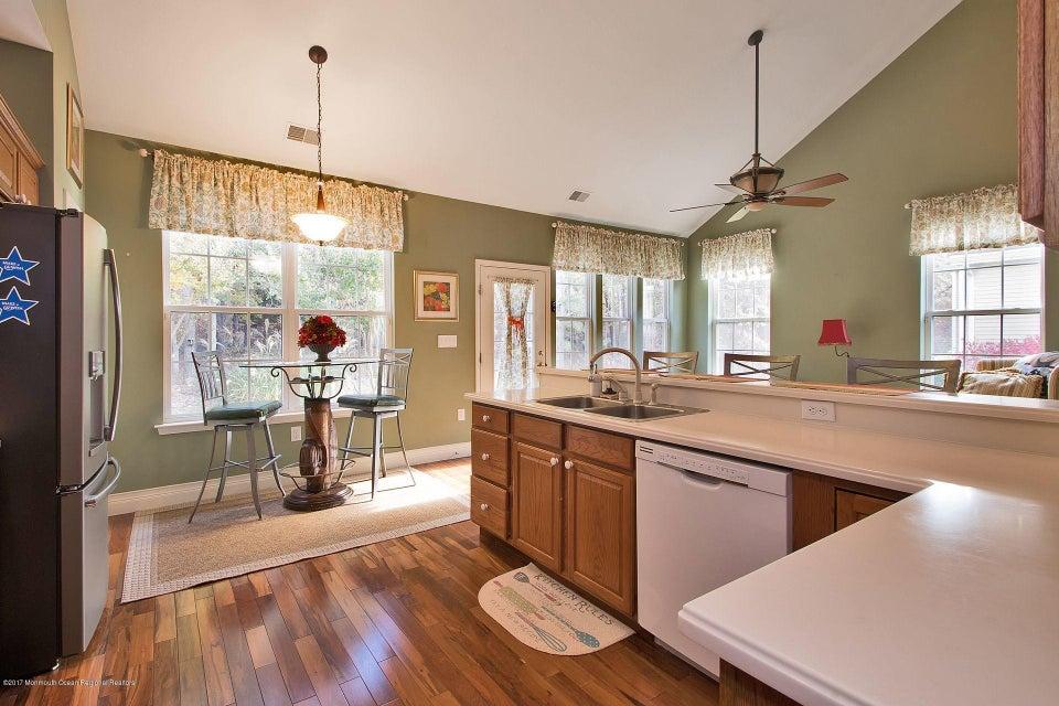 432 kitchen eating area