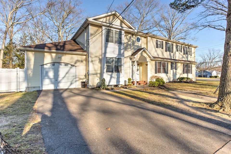 Single Family Home for Sale at 107 Adelaide Place 107 Adelaide Place Lakewood, New Jersey 08701 United States