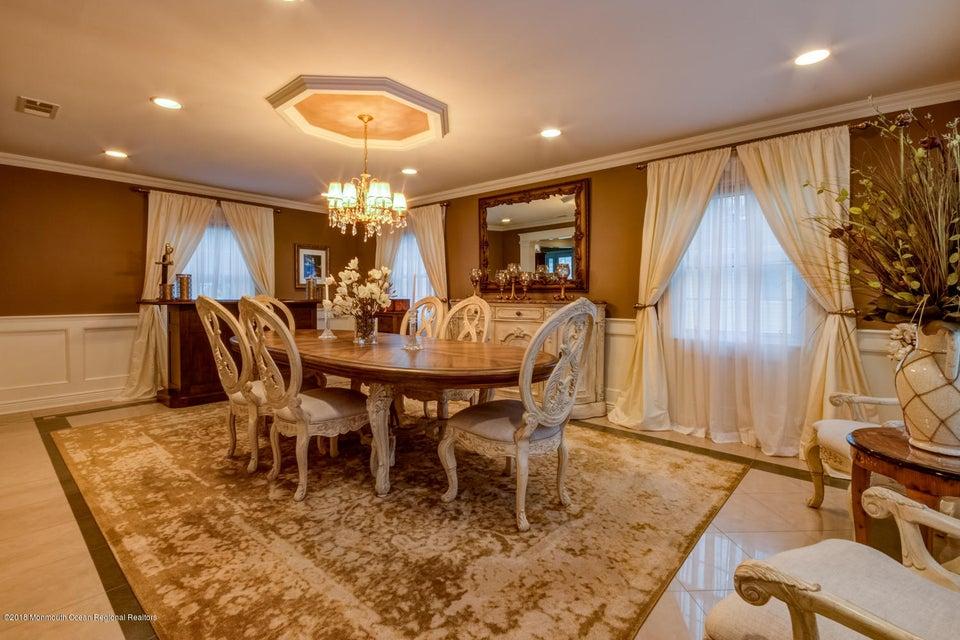 Einfamilienhaus für Verkauf beim 22 Donna Place 22 Donna Place Aberdeen, New Jersey 07747 Vereinigte Staaten
