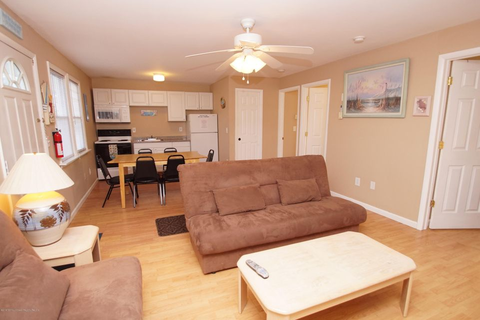 Casa para uma família para Venda às 39 Stockton Avenue 39 Stockton Avenue Seaside Park, Nova Jersey 08752 Estados Unidos