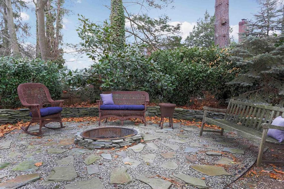 Outdoor sitting area w/ fire pit