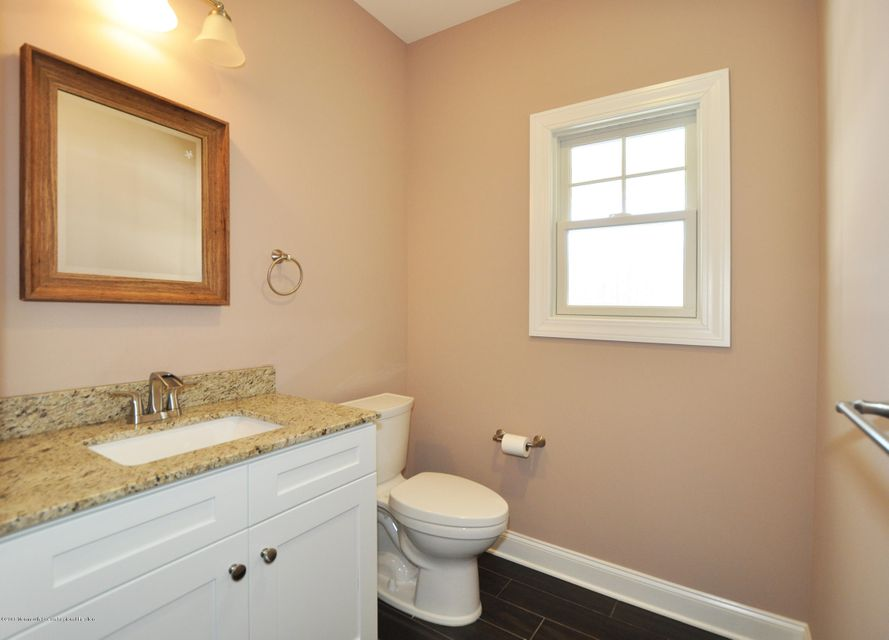 17GoldCourtDownBathrom1