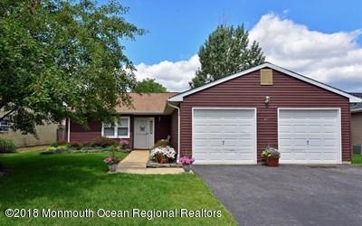 Maison unifamiliale pour l Vente à 45 Scenic Drive 45 Scenic Drive Freehold, New Jersey 07728 États-Unis