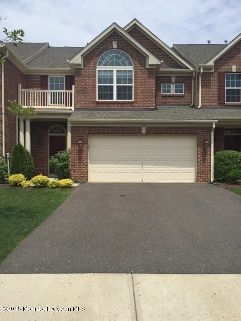 Condomínio para Arrendamento às 31 Oak Leaf Lane 31 Oak Leaf Lane Tinton Falls, Nova Jersey 07712 Estados Unidos