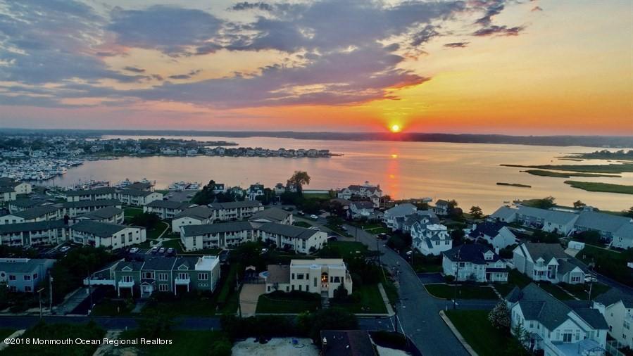 Maison unifamiliale pour l Vente à 82 Seaview Avenue 82 Seaview Avenue Monmouth Beach, New Jersey 07750 États-Unis