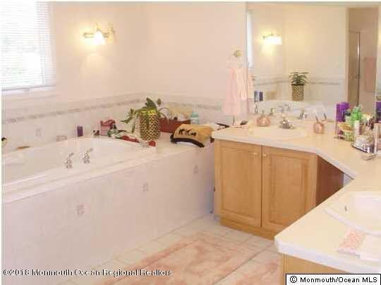 489 E Freehold Rd Master Bath3