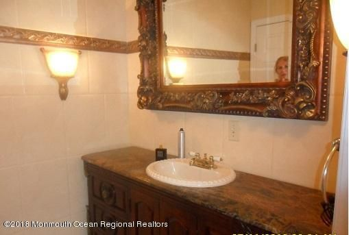489 E Freehold Rd  bathroom