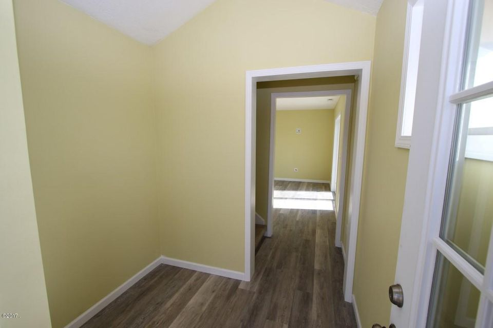 40 Katy Lane entry room (Medium)