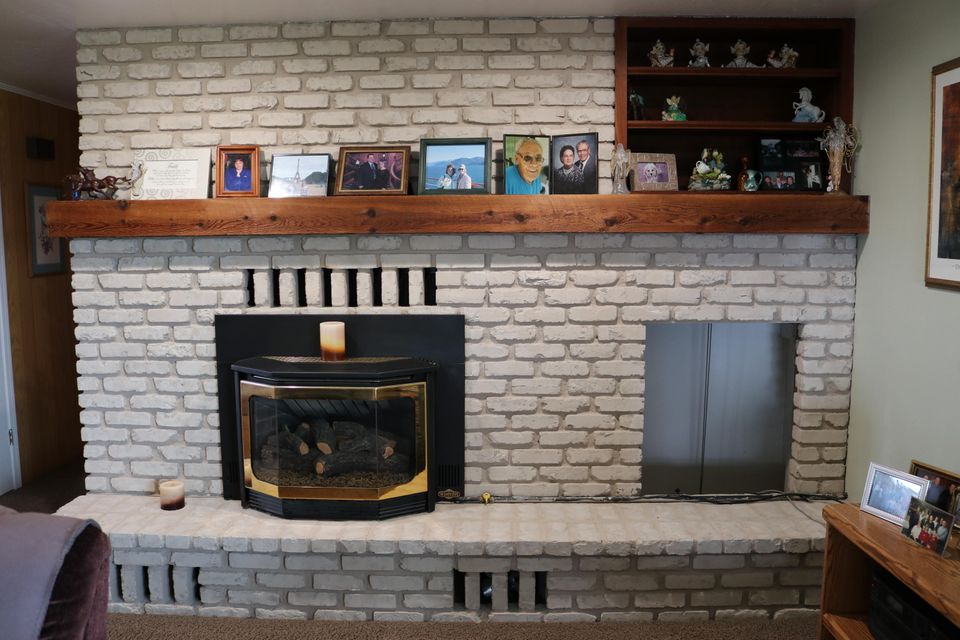 26 Upstairs Living room 03 - fireplace