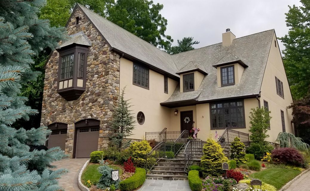 Single Family - Detached in Todt Hill - 71 Flagg Court  Staten Island, NY 10304