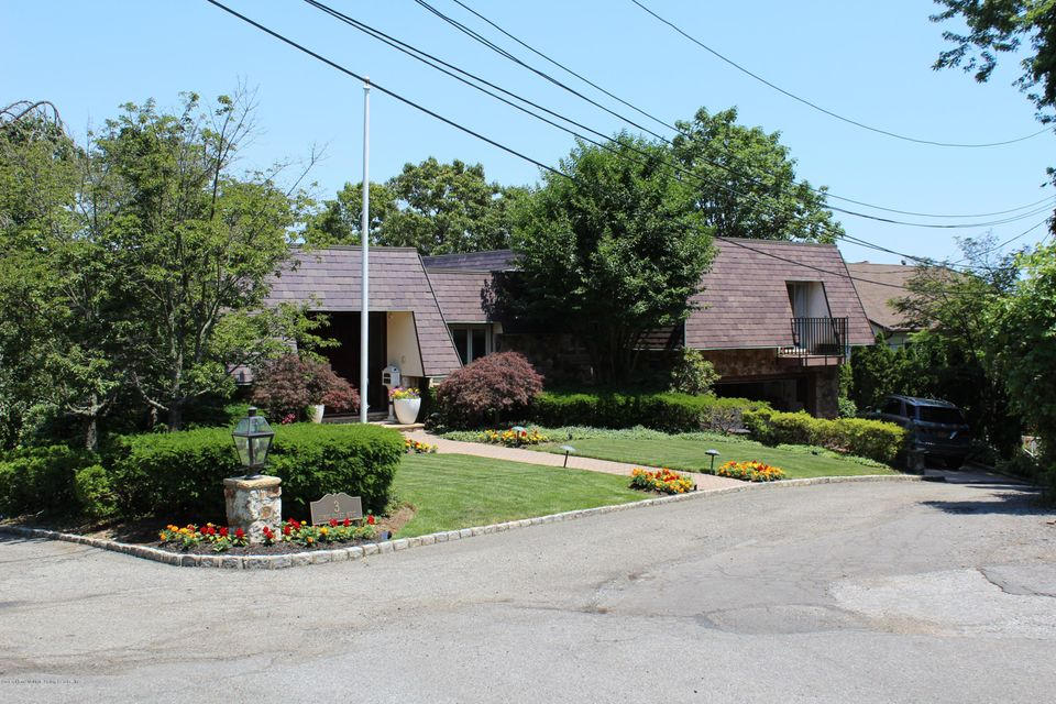 Single Family - Detached in Todt Hill - 3 Esmac Court  Staten Island, NY 10304