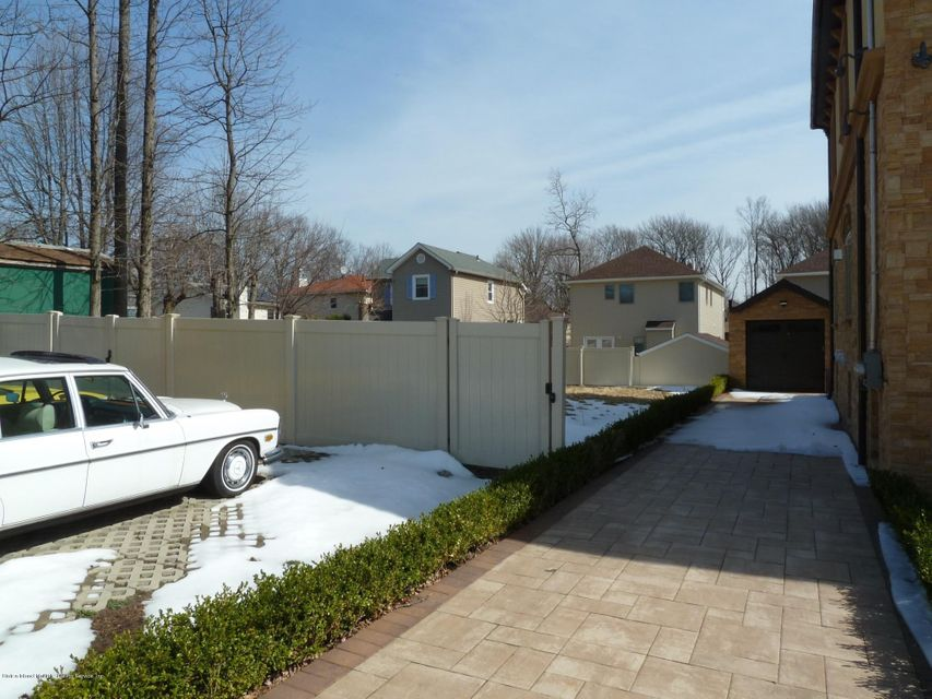 Additional photo for property listing at 252 Edgegrove Avenue  Staten Island, New York 10312 United States
