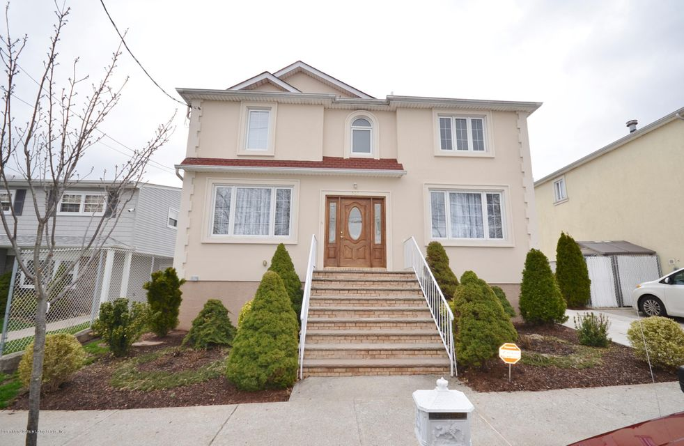 Single Family - Detached in Manor Heights - 505 Mountainview Avenue  Staten Island, NY 10314