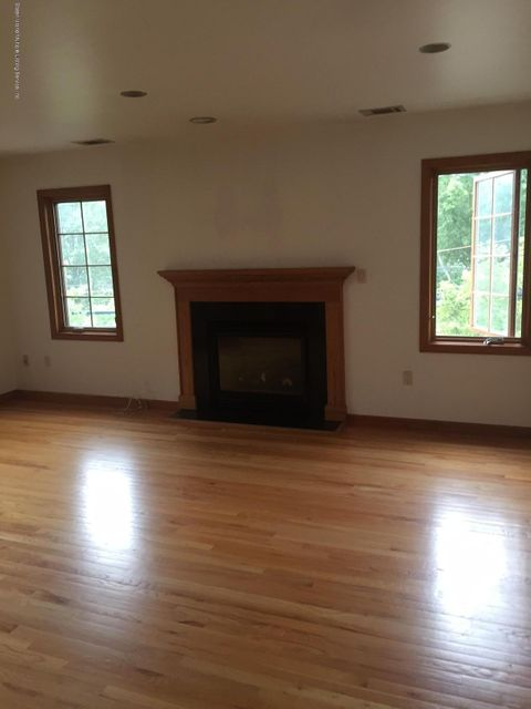 Additional photo for property listing at 10 Canterbury Court  Staten Island, New York 10309 United States