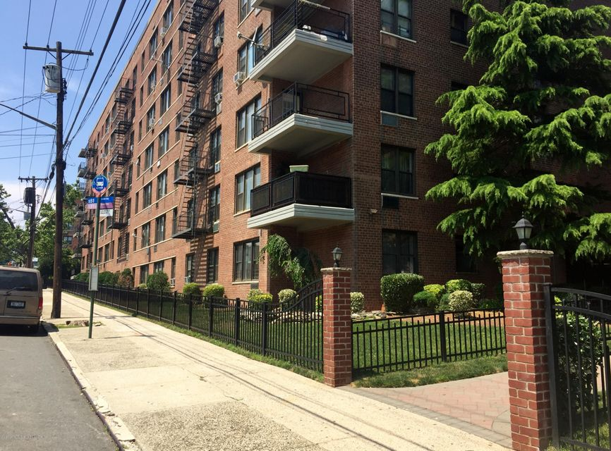 Additional photo for property listing at 145 Lincoln Avenue  Staten Island, New York 10306 United States