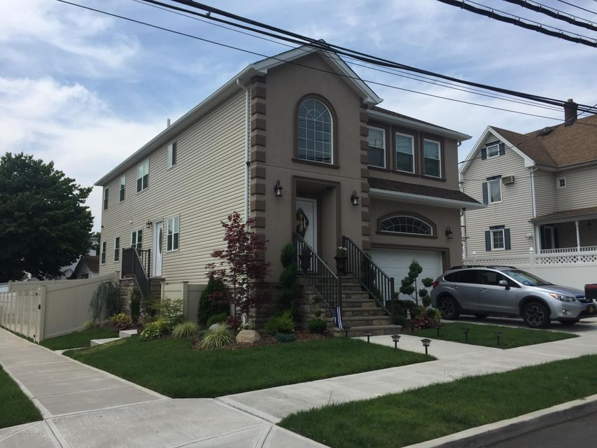 Single Family Home for Sale at 819 Rossville Avenue Staten Island, New York 10309 United States