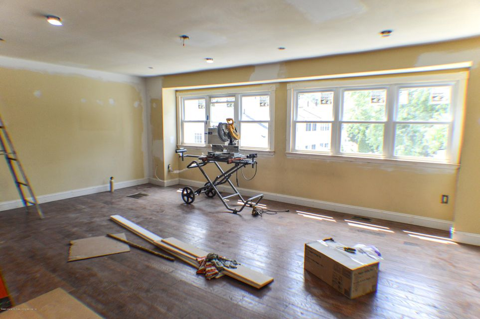 Additional photo for property listing at 30 Barclay Circle  Staten Island, New York 10312 United States