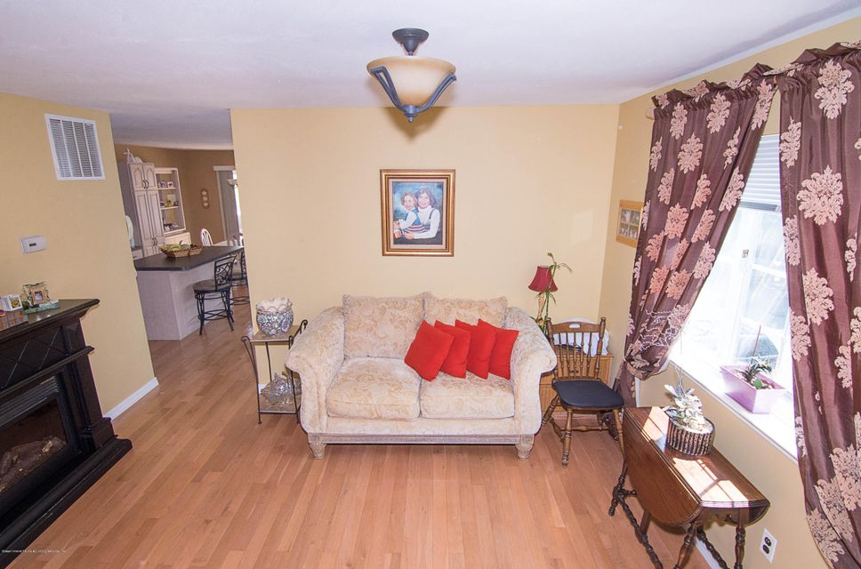 Additional photo for property listing at 44 Red Cedar Lane  Staten Island, New York 10309 United States