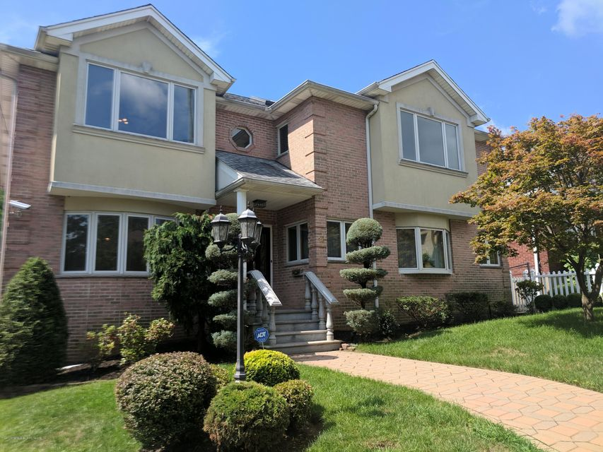Single Family - Detached in Grasmere - 12 Vista Place  Staten Island, NY 10305
