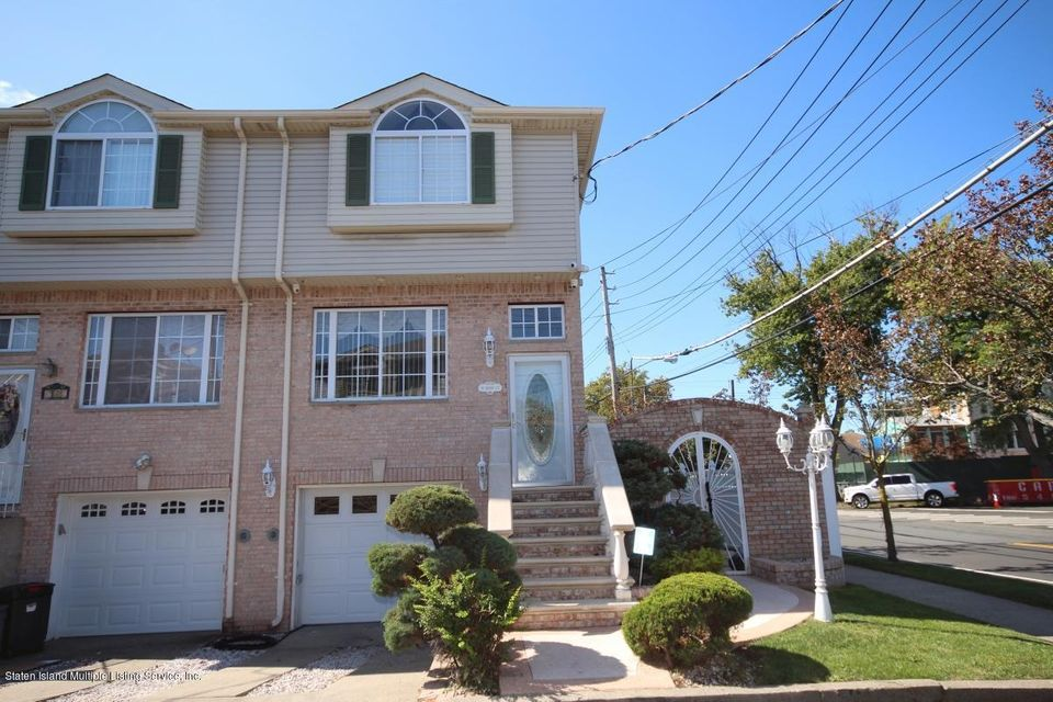 Single Family - Attached in Oakwood - 16 Barry Court  Staten Island, NY 10306