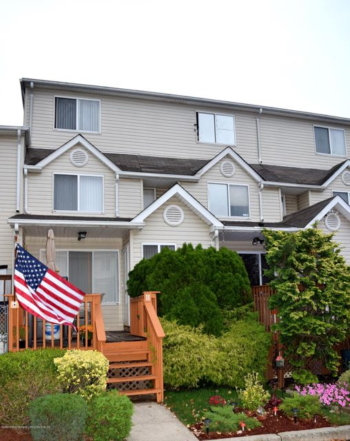 Single Family - Attached in Tottenville - 11 Wildwood Lane  Staten Island, NY 10307