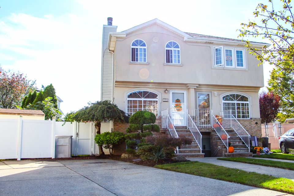 Single Family Home for Sale at 35 Salamander Court Staten Island, New York 10309 United States
