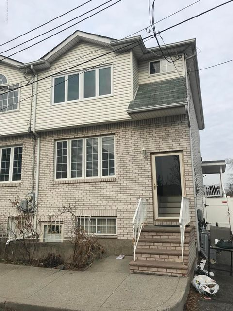 Single Family Home for Rent at 23 Windmill Court Staten Island, New York 10306 United States