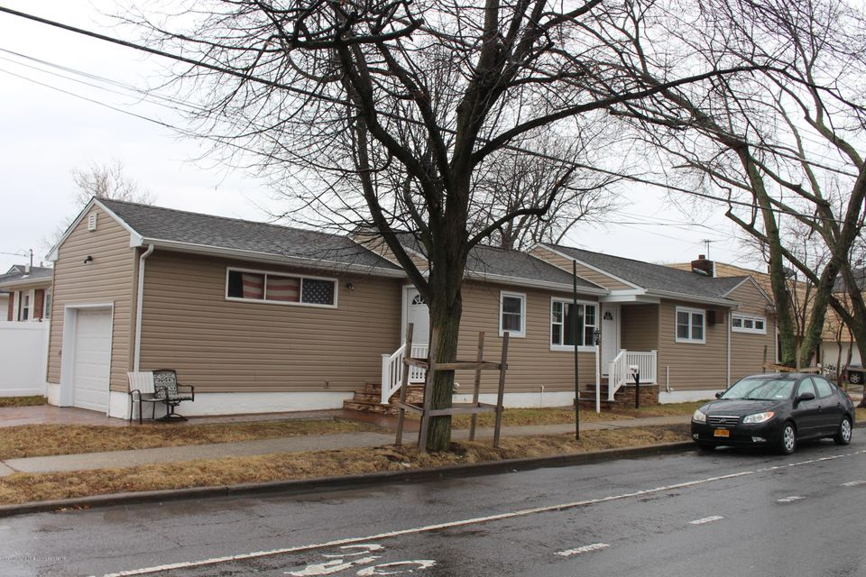 Single Family - Detached in Dongan Hills-Above Hylan - 944 Railroad Avenue  Staten Island, NY 10306