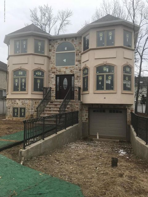 Single Family Home for Sale at 7 Tucci Court Staten Island, New York 10309 United States